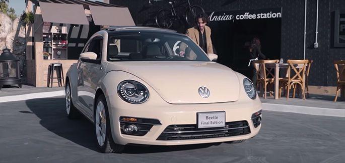 Beetle Final Edition, el legendario auto deportivo de Volkswagen estacionado afuera de cafetería