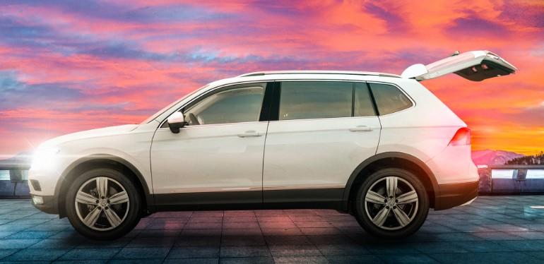 Camioneta Familiar de Volkswagen color blanca equipada con cajuela amplia estacionada en exterior