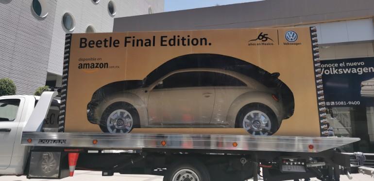 Beetle Final Edition de Volkswagen apartado en tienda de Amazon sobre grúa listo para entrega