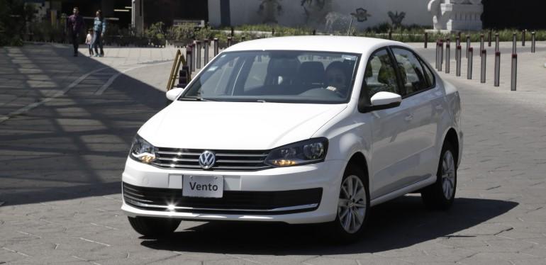 Vento de Volkswagen, el auto familiar seguro con carrocería aerodinámica estacionado sobre vía pública