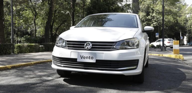 Vento de Volkswagen el auto seguro equipado con frenos ABS y bolsas de aire en estacionamiento
