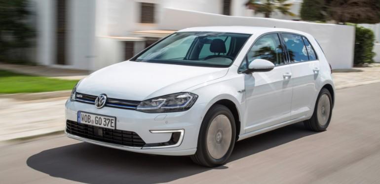 e-Golf el carro de Volkswagen equipado con motor eléctrico en color blanco sobre avenida residencial