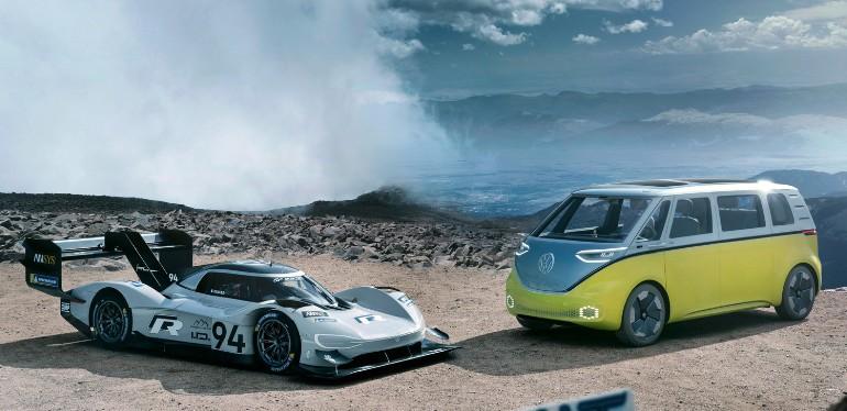 ID.R y ID.Buzz los autos eléctricos de Volkswagen diseñados con tecnología alemana estacionados en desierto