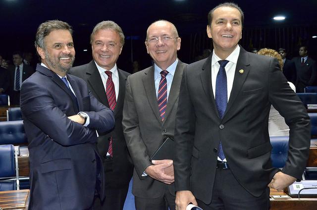Durante sessão no plenário do Senado, em 3 de outubro de 2015: os senador Aécio Neves (PSDB-MG), Alvaro Dias (então no PSDB-PR, hoje no PODE-PR); Paulo Bauer (PSDB-SC); e Ataídes Oliveira (PROS-TO). Foto: Waldemir Barreto/Arquivo Agência Senado