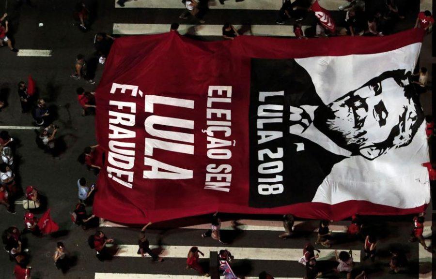 Militantes protestam contra condenação de Lula: candidatura dele pode ser cassada.