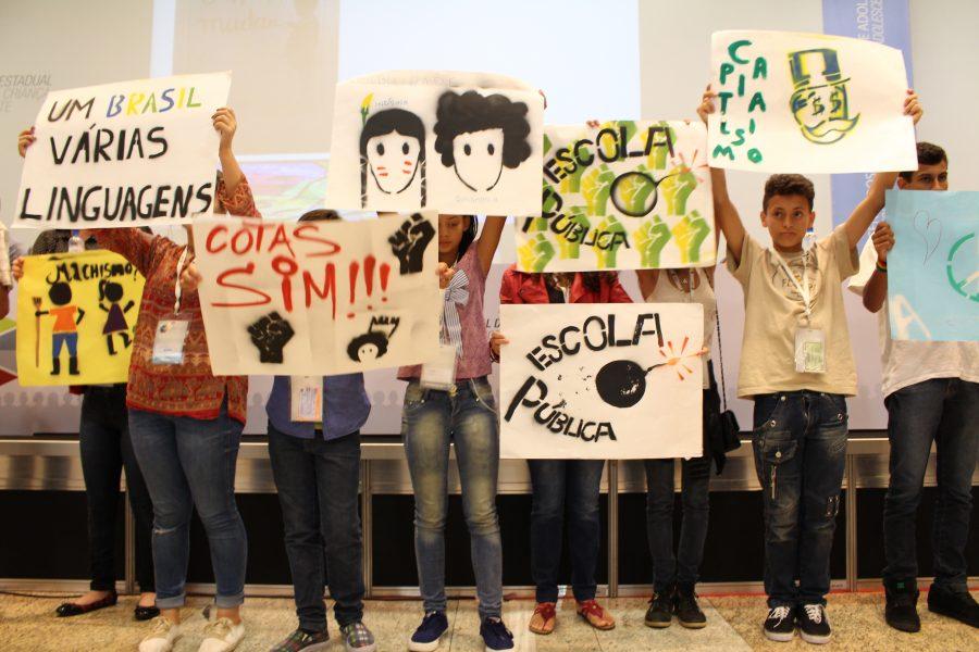 Imagem: Divulgação Parafuso Educomunicação. Adolescentes do projeto 'Educomunica! Paraná' se manifestaram por mais direitos durante Conferência Estadual, em Curitiba.