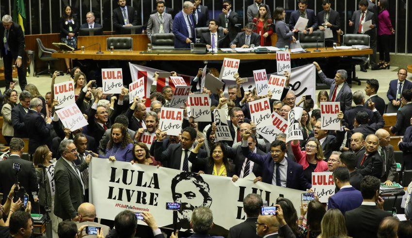 Resultado de imagem para Petistas protestam durante sessão da Câmara contra a prisão de Lula