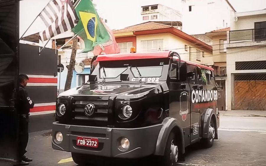 Carro forte faz transporte das figurinhas da Copa do Mundo Fifa 2018.