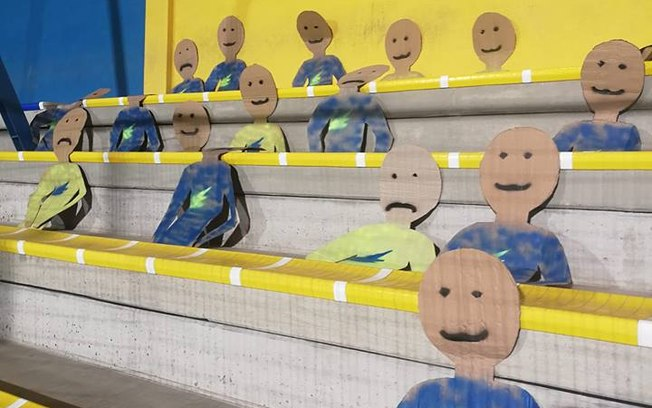 Torcida fake: bonecos de papel disfarçam ausência de público