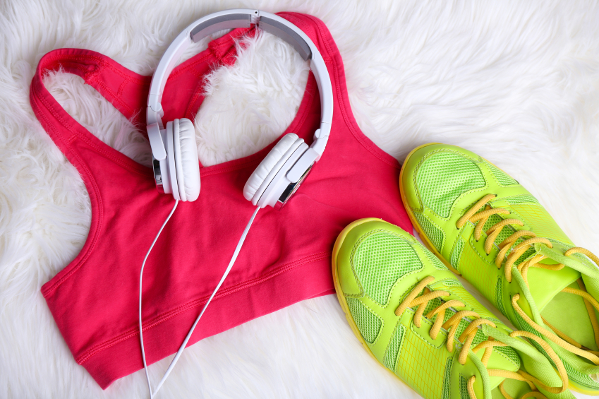 Remises et réductions Sport clothes, shoes and headphones on white carpet background.