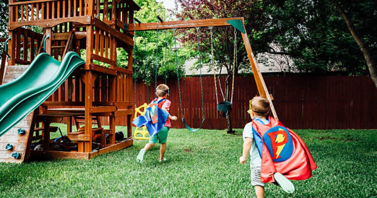 Enfants deguisements super heros balancoire