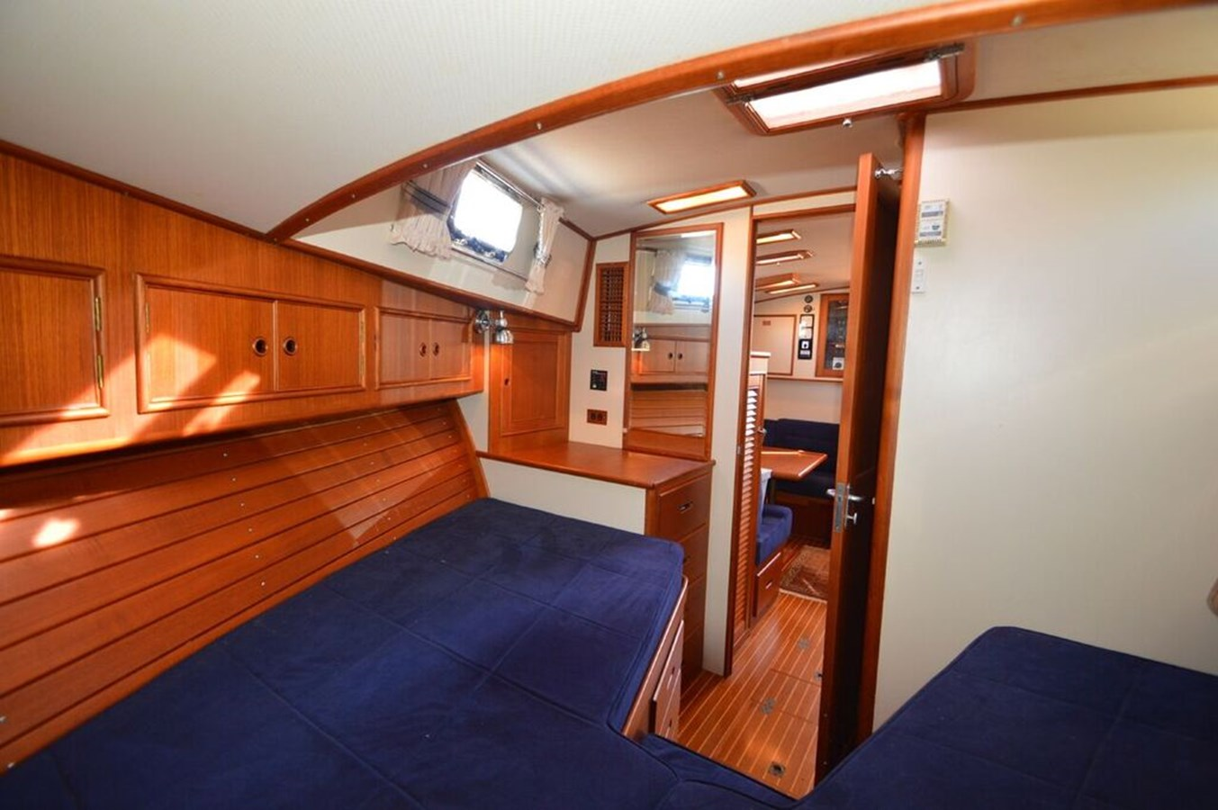 Cabin - 38 GRAND BANKS For Sale