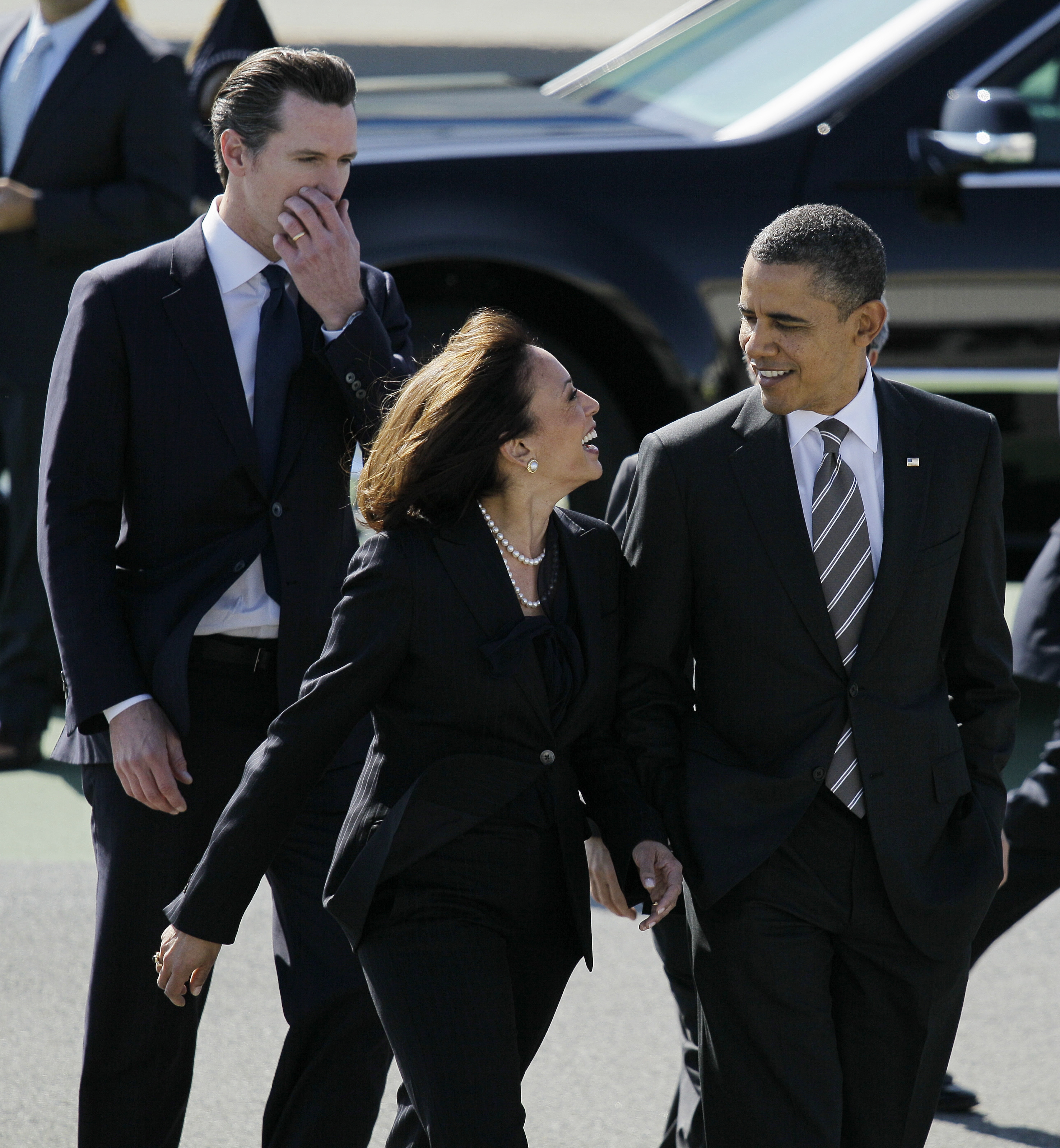 President Obama has apologized to Kamala Harris for focusing on her looks last week.