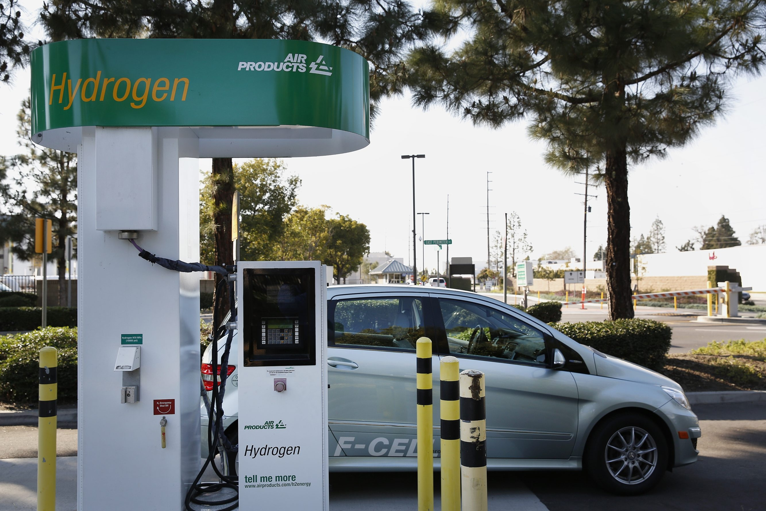 Public hydrogen pumping stations are key to reducing costs and advancing adoption.