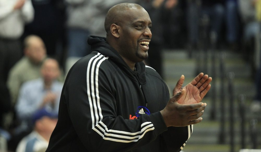 Former New York Knick Anthony Mason cheers on his son, Niagara University player Antoine Mason, during one of the team's games here in 2013. Mason died Saturday.