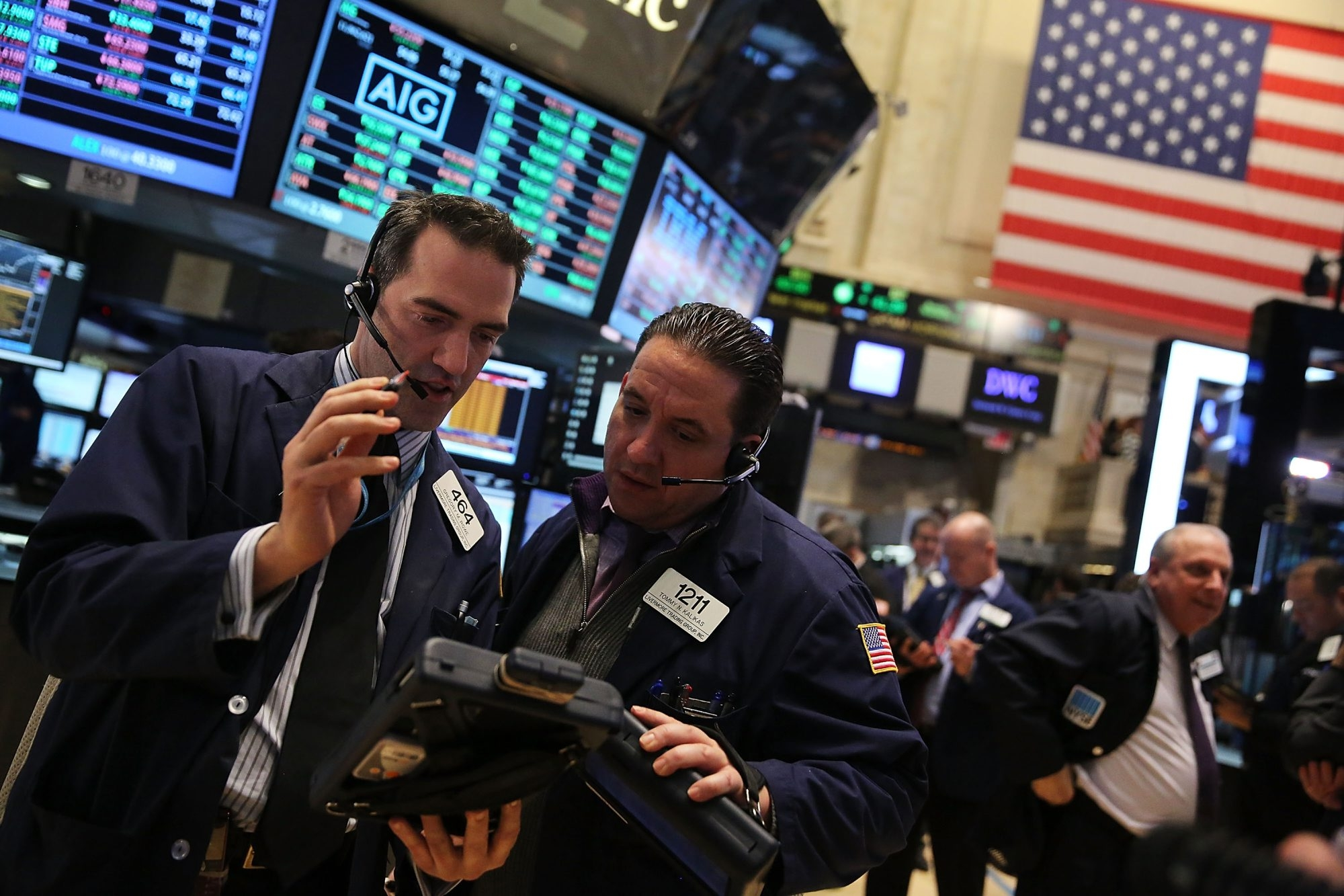 Traders work on the floor of the New York Stock Exchange in New York City. Stocks remained little change and near all-time highs Wednesday as declines in Hewlett-Packard and Apple offset gains among retailers.