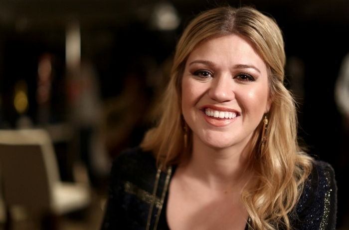"""Kelly Clarkson's new disc is """"Piece by Piece."""""""