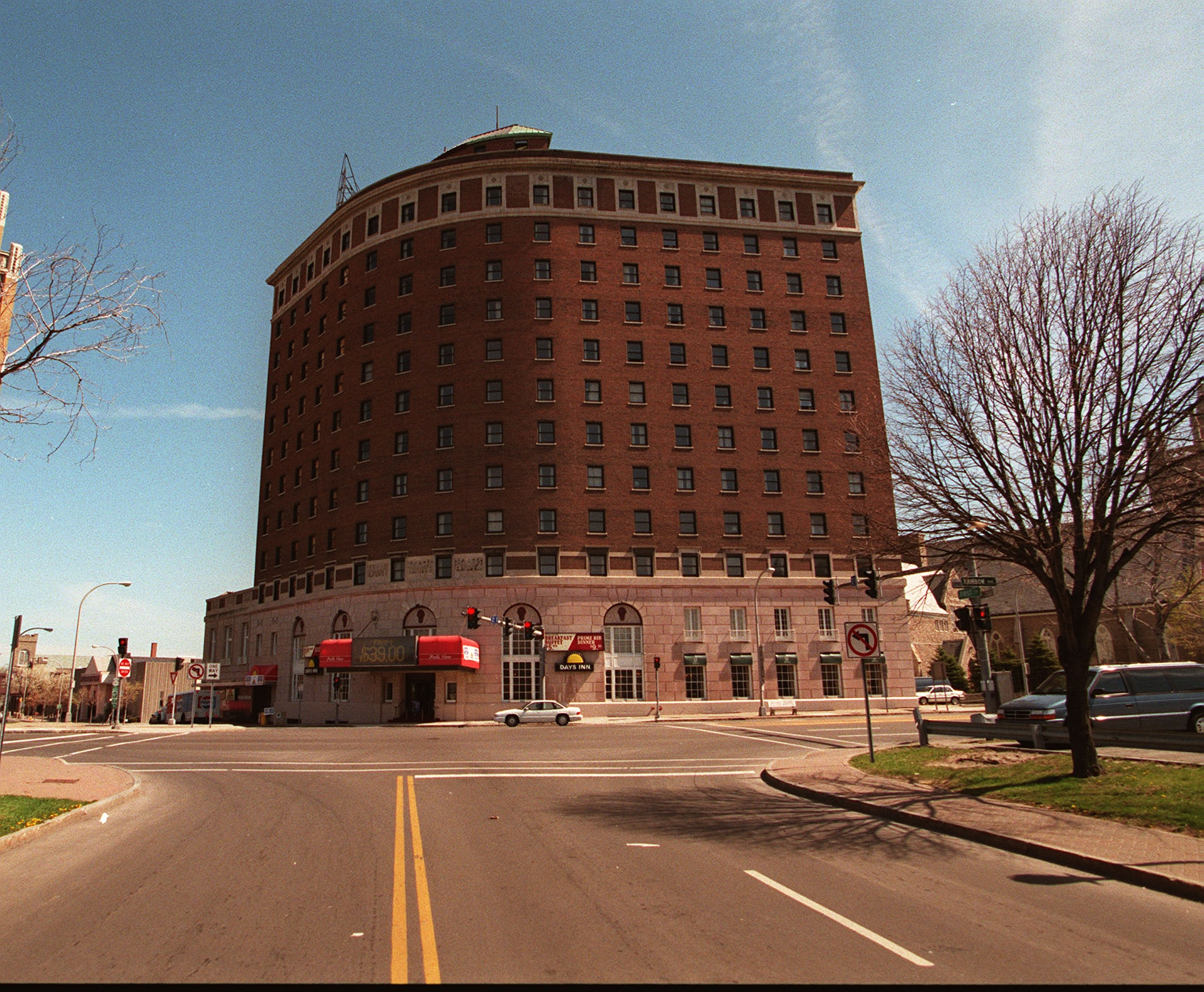 The vacant Hotel Niagara in downtown Niagara Falls will be turned into a Radisson hotel under a $21.5 million makeover plan by Reception Hotels and Resorts.
