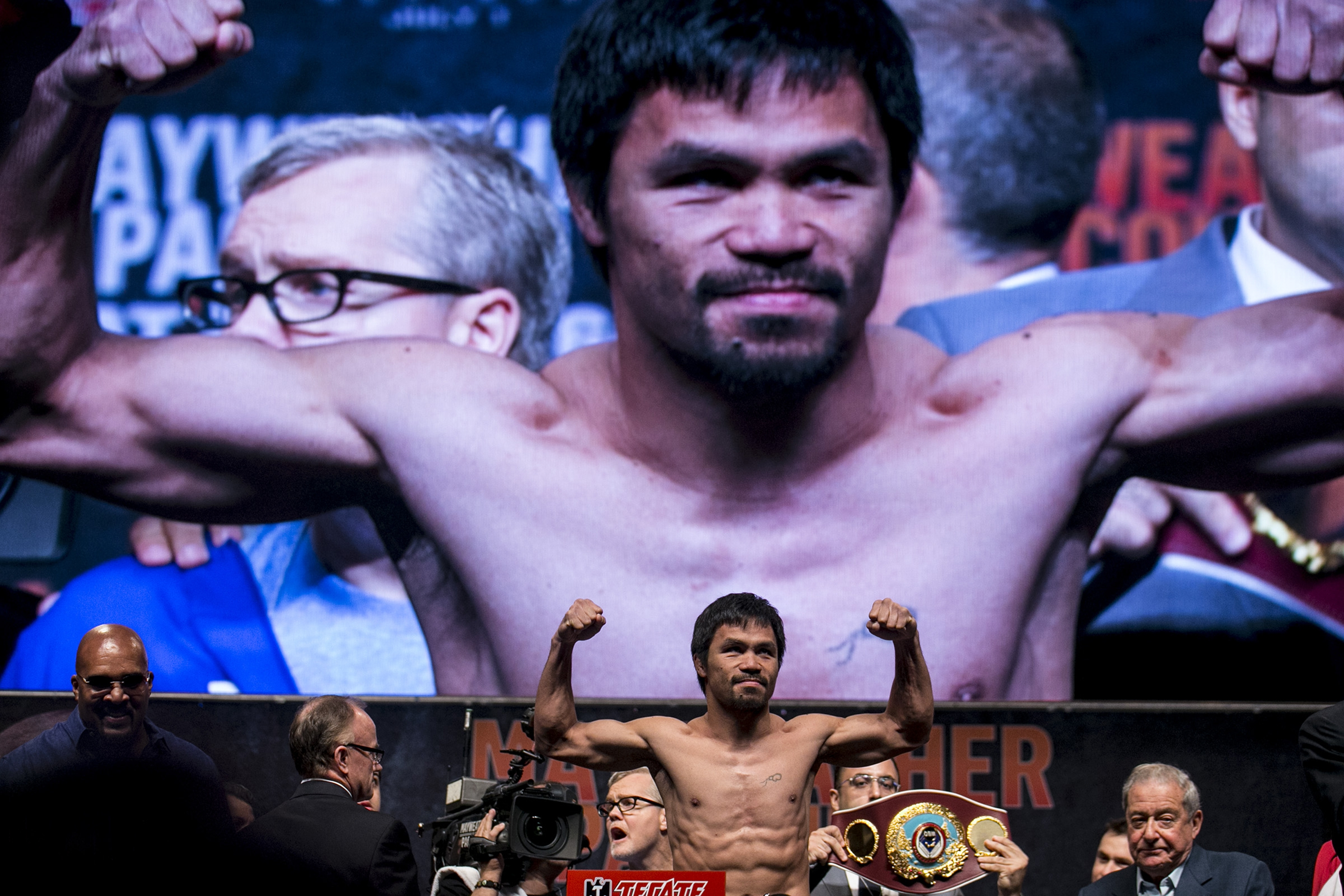 Manny Pacquiao is the people's choice in Saturday night's fight, but Floyd Mayweather Jr. is the favorite.