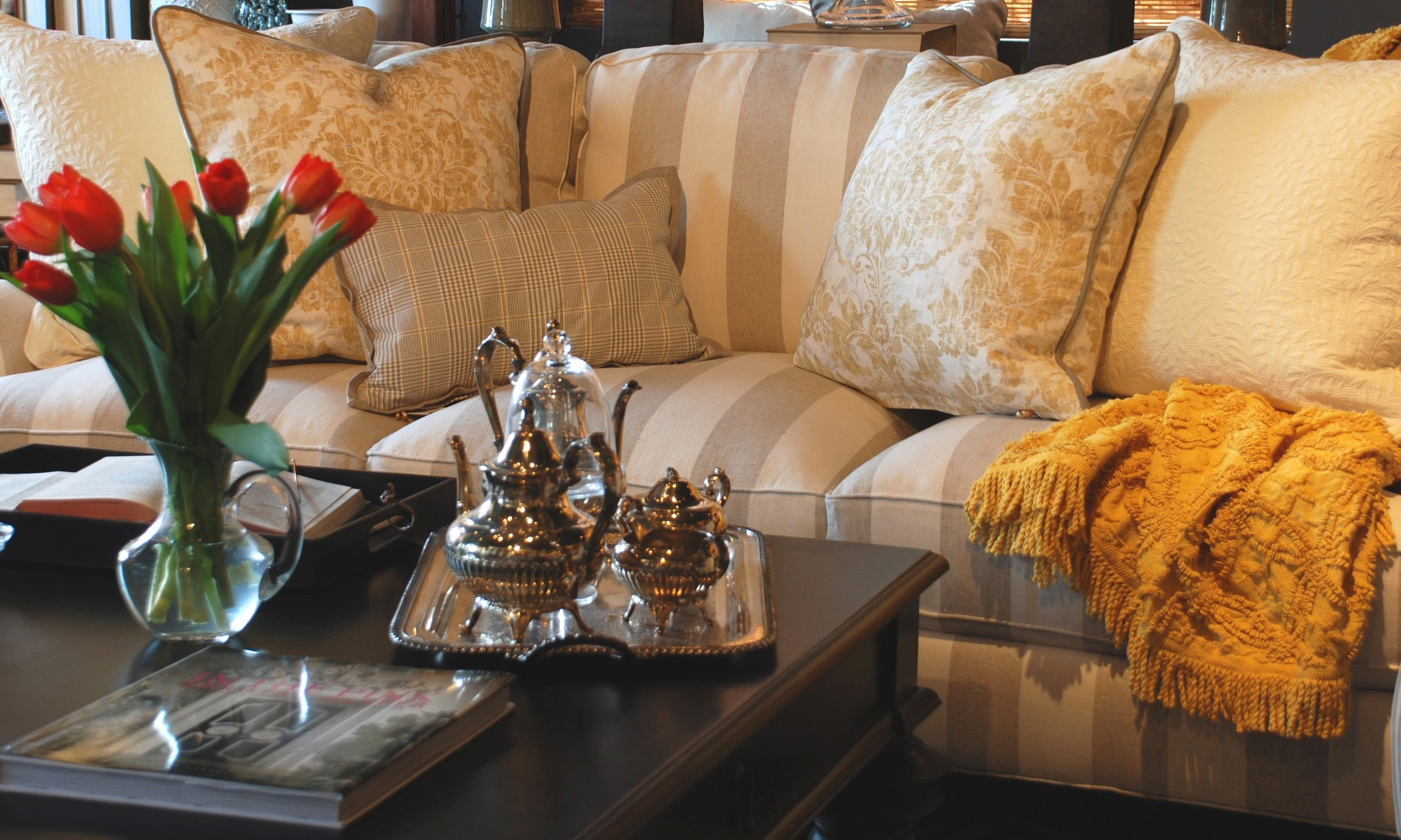 One of the most powerful and simplest ways to get a look that sends you over the moon is to finish your sofa with the right mix of accent pillows.