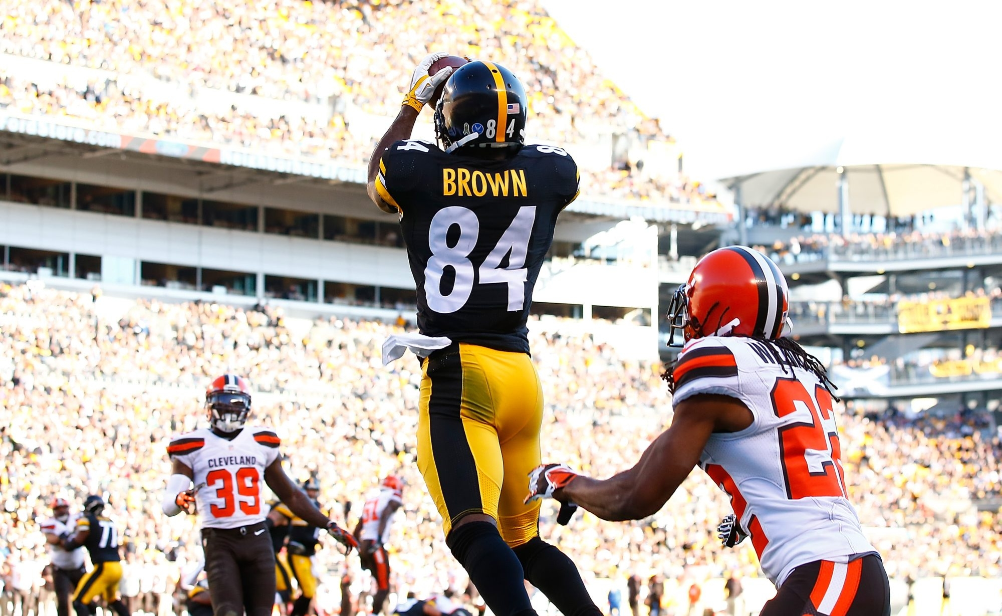 2LINE CUTLINE Antonio Brown of the Pittsburgh Steelers scores a 2-point conversion during the 2nd quarter of the game against the Cleveland Browns at Heinz Field on November 15, 2015 in Pittsburgh, Pennsylvania.  (Photo by Jared Wickerham/Getty Images)