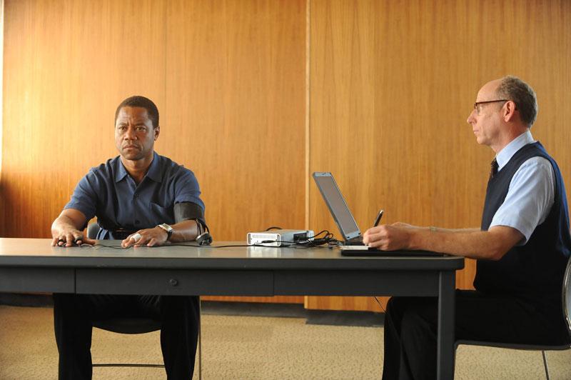 Cuba Gooding Jr. as O.J. Simpson taking lie detector test (FX photo).