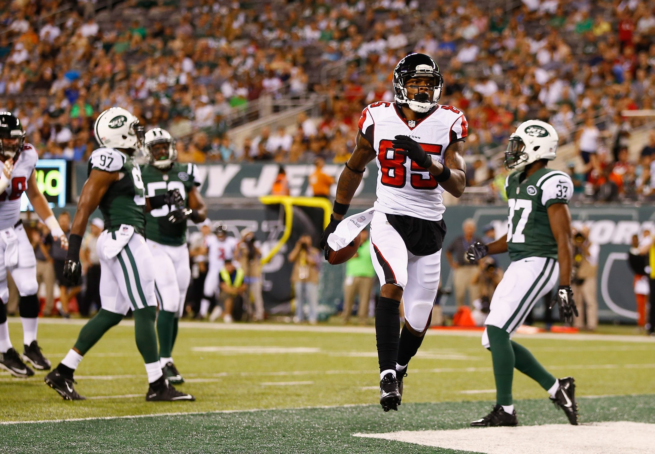 EAST RUTHERFORD, NJ - AUGUST 21:  Leonard Hankerson #85 of the Atlanta Falcons scores a touchdown in the second quarter against the New York Jets during their pre season game at MetLife Stadium on August 21, 2015 in East Rutherford, New Jersey.  (Photo by Al Bello/Getty Images)