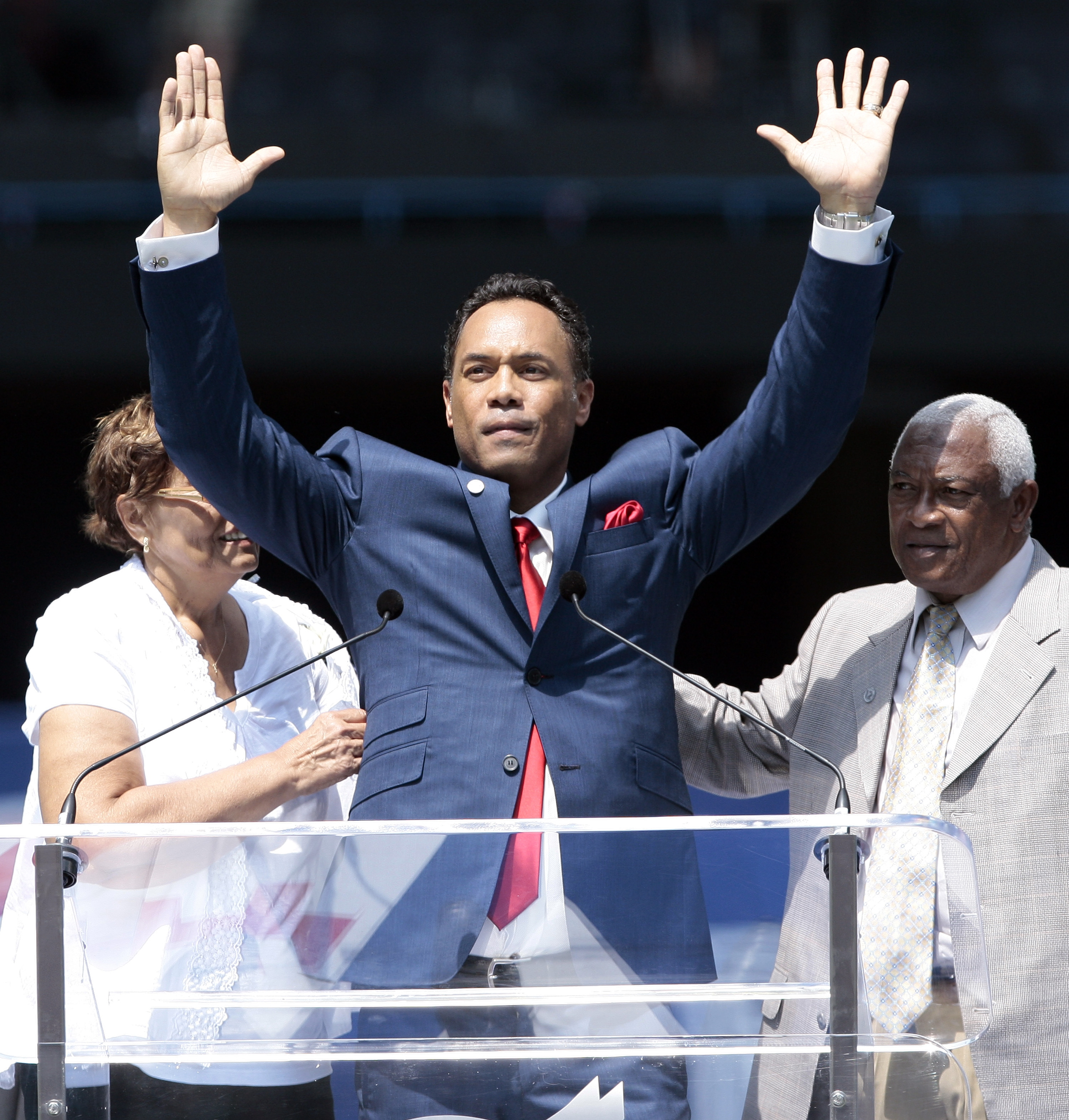 Hall of Famer Roberto Alomar waves to the fans during a ceremony to retire his No. 12 12 jersey at the Rogers Centre on July 31, 2011. (Getty Images)