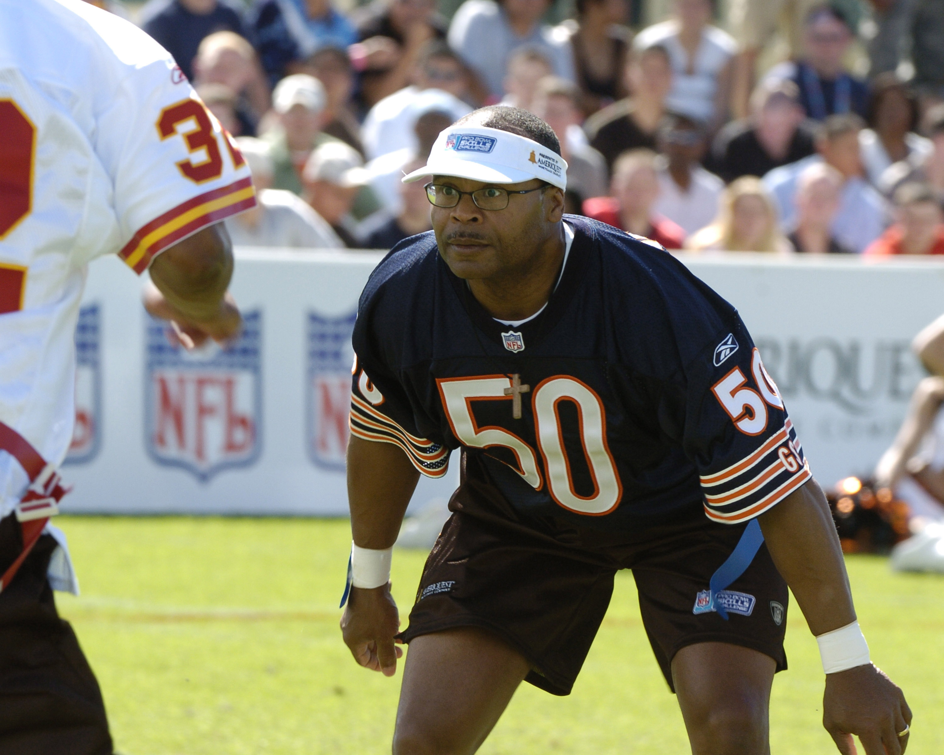 Chicago Bears linebacker Mike Singletary  competes in a flag-football legends  game during 2005 Pro Bowl week in Ko Olina, Honolulu February 11, 2005.  (Photo by Al Messerschmidt/Getty Images)