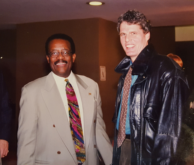 Donn Esmonde with Johnnie Cochrane, one of the attorneys in the 1999 Cynthia Wiggins case.