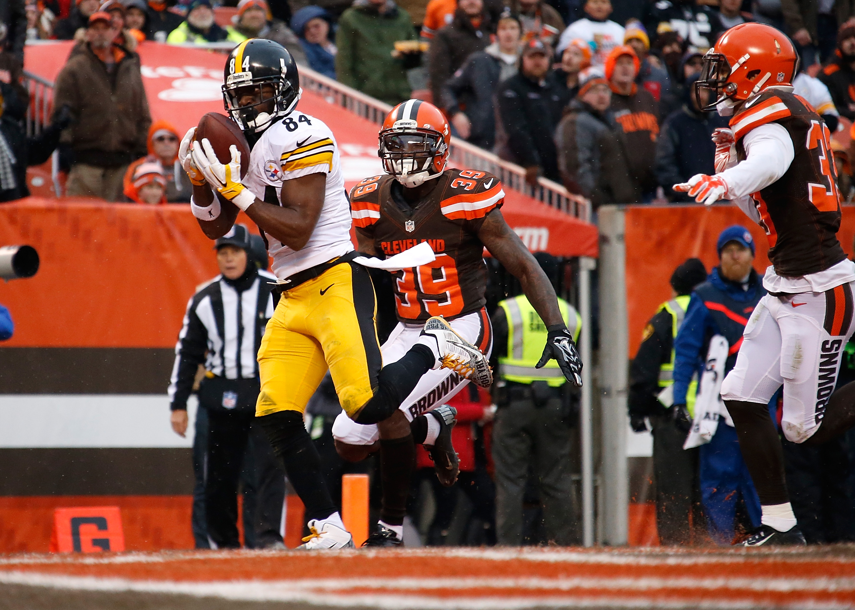 CLEVELAND, OH - JANUARY 3: Antonio Brown #84 of the Pittsburgh Steelers makes a touchdown catch in front of Tashaun Gipson #39 of the Cleveland Browns during the second quarter at FirstEnergy Stadium on January 3, 2016 in Cleveland, Ohio. (Photo by Gregory Shamus/Getty Images)