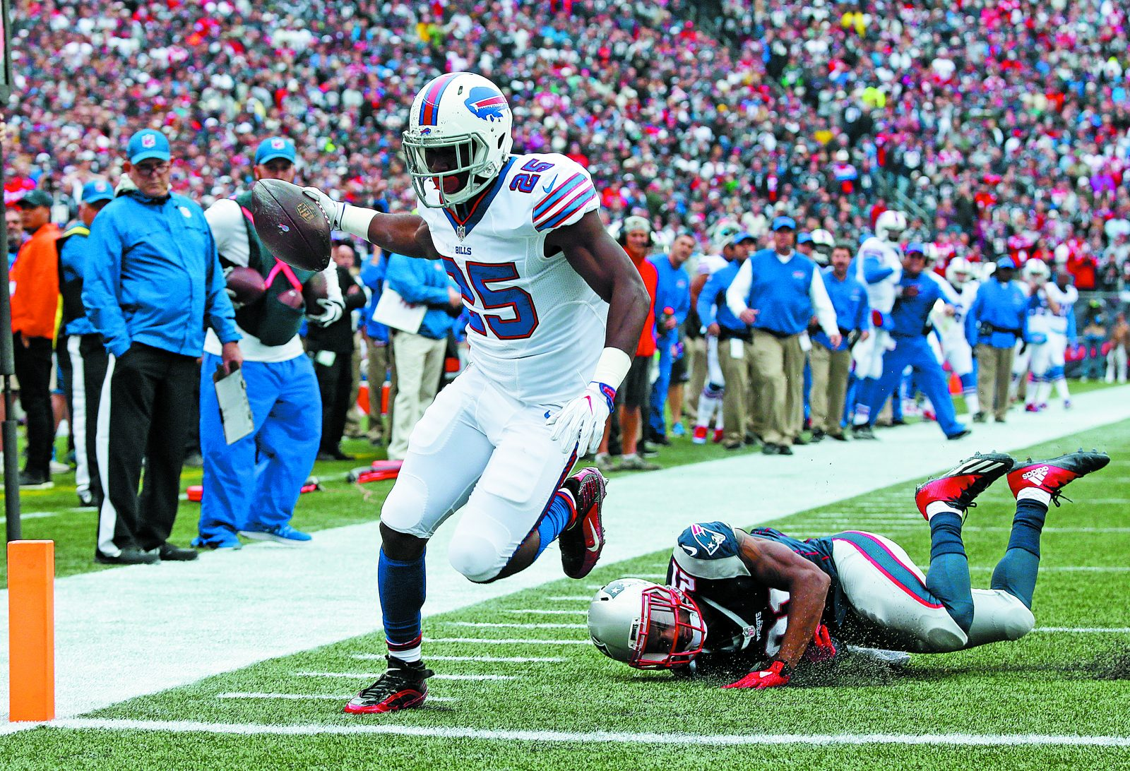 LeSean McCoy (25) rushes for a touchdown during the Bills' win at New England. (James P. McCoy/ Buffalo News)