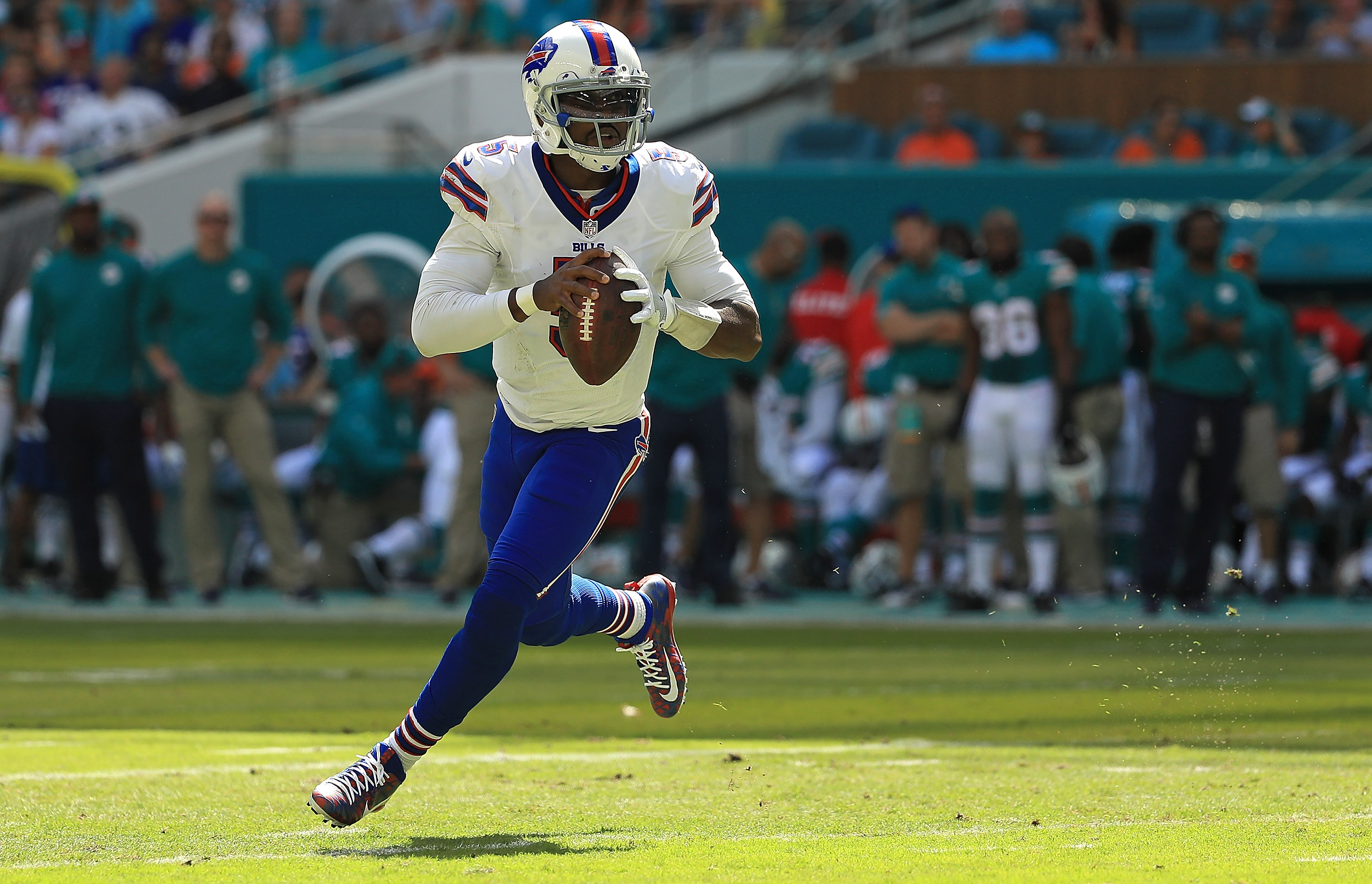 MIAMI GARDENS, FL - OCTOBER 23:  Tyrod Taylor #5 of the Buffalo Bills passes during a game against the Miami Dolphins on October 23, 2016 in Miami Gardens, Florida.  (Photo by Mike Ehrmann/Getty Images)