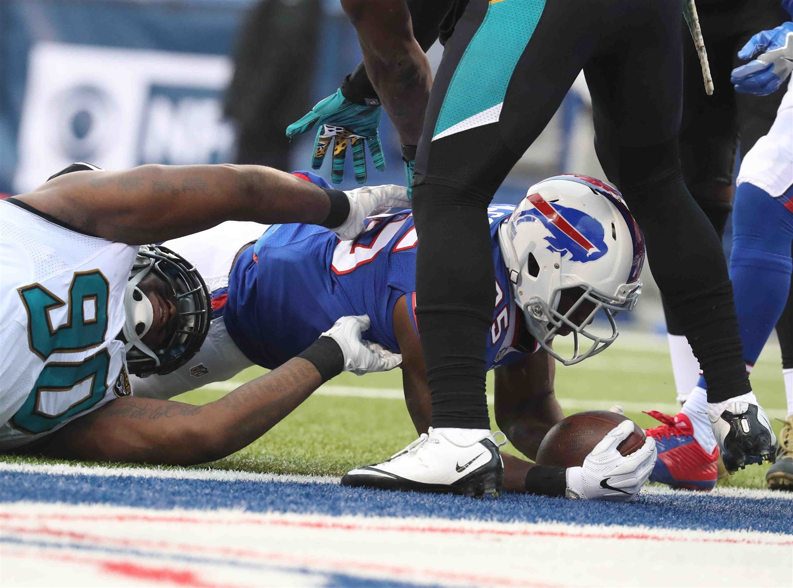LeSean McCoy scores a two-point conversion against the Jaguars at New Era Field on Nov. 27, 2016. (James P. McCoy/Buffalo News)