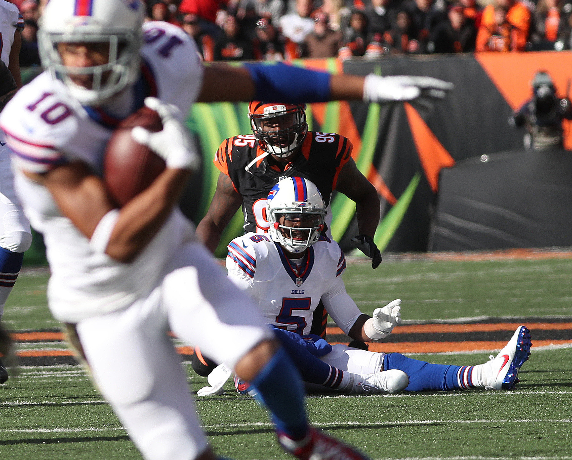 Buffalo Bills quarterback Tyrod Taylor (5) watches Buffalo Bills wide receiver Robert Woods (10) gain a first down in the first quarter. Woods would leave the game with an injury in the second quarter. (James P. McCoy/Buffalo News)