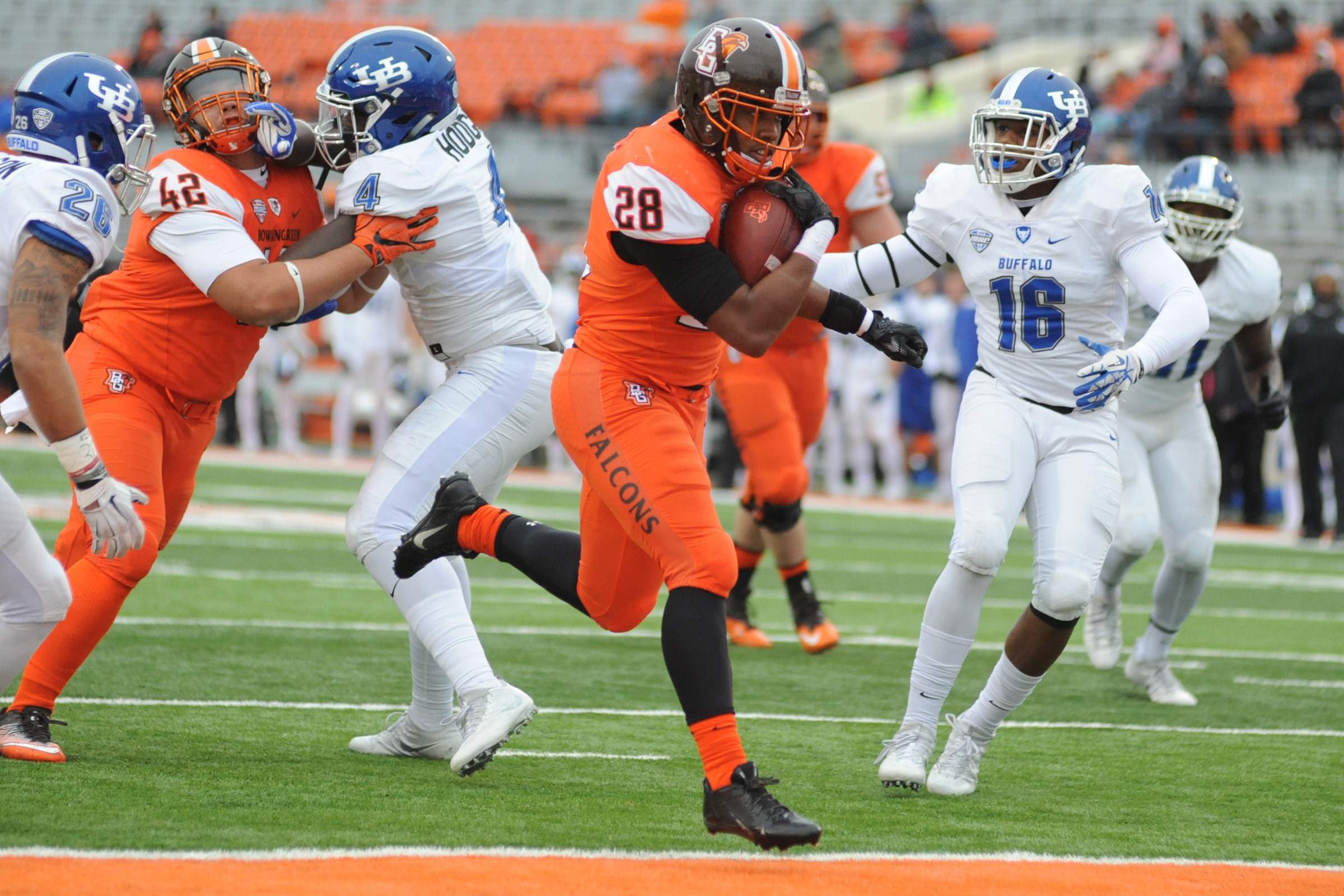 Bowling Green's Fred Coppet rushes for a touchdown against UB in the first quarter Friday. (Daniel Melograna/Bowling Sentinel-Tribune)