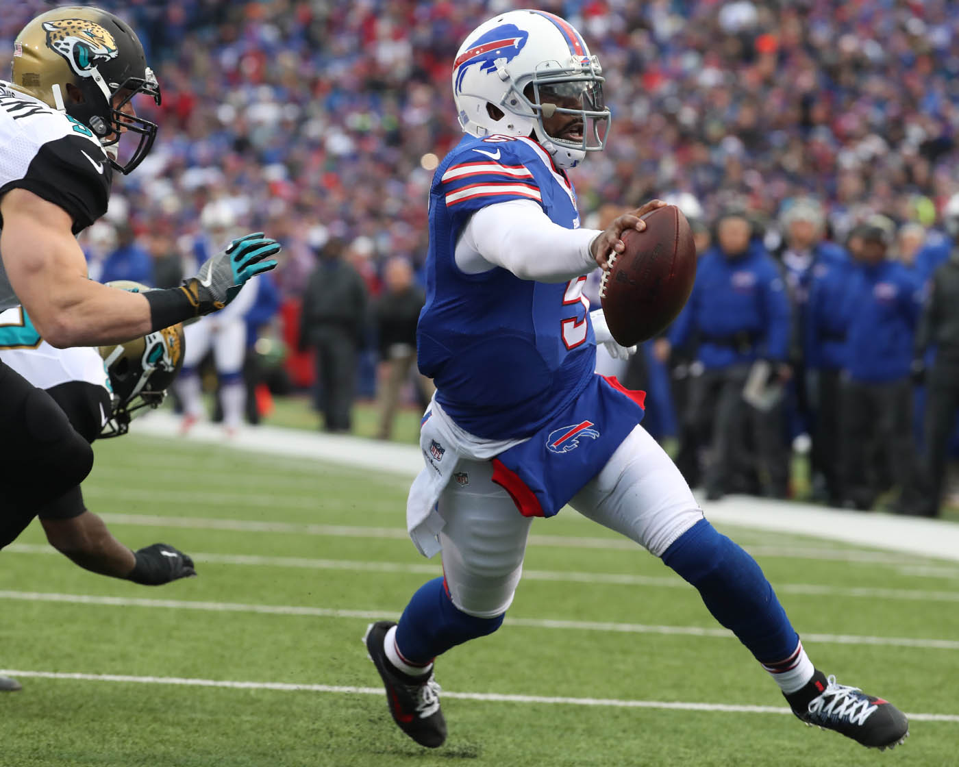 Buffalo Bills quarterback Tyrod Taylor (5) beats Jacksonville Jaguars middle linebacker Paul Posluszny (51) for a touchdown in the third quarter at New Era Field Orchard Park N.Y. on Sunday, Nov. 27, 2016. (James P. McCoy/Buffalo News)