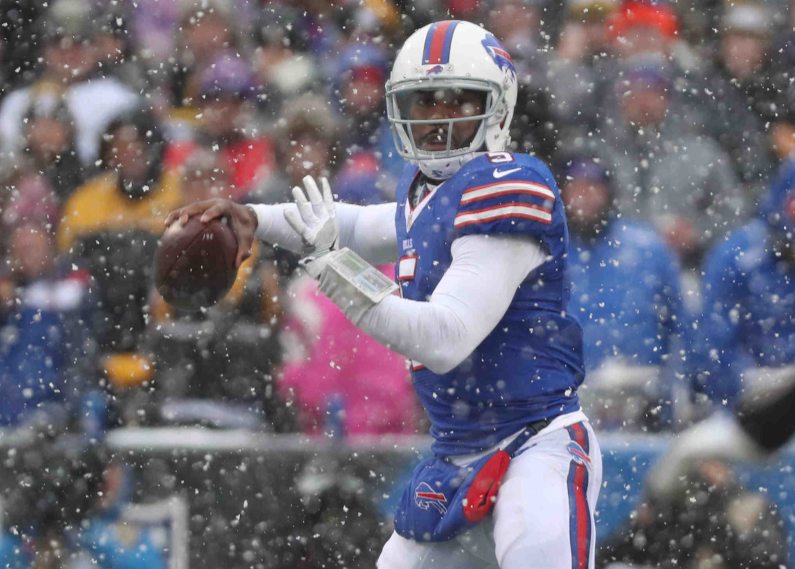 Tyrod Taylor throws a pass against the Pittsburgh Steelers on Sunday, Dec. 11, 2016 (James P. McCoy/Buffalo News)