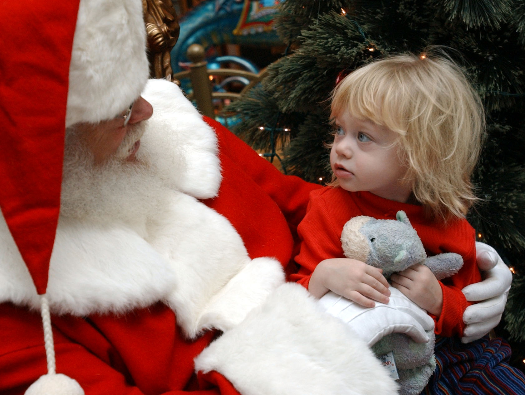 santa claus chats w/ 2 & 1/2 yr old emma baker-terhaar of snyder ,ny in  food court at boulevard mall, ---photo by ronald j. colleran/11/15/03