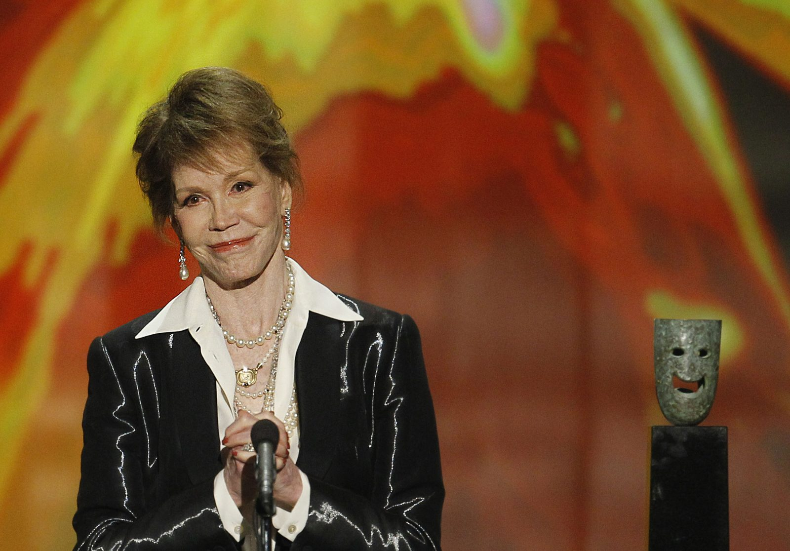 Mary Tyler Moore accepts her Lifetime Achievement Screen Actors Guild award during the 18th Annual Screen Actors Guild Awards show in 2012. Moore died Wednesday at the age of 80. (Robert Gauthier/Los Angeles Times/TNS)