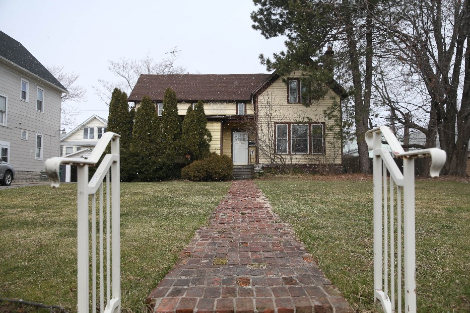 This 1800s house was granted landmark status by the city, protecting it from demolition. But a garage on the site will be torn down to make room for townhouses. (Sharon Cantillon/News file photo)