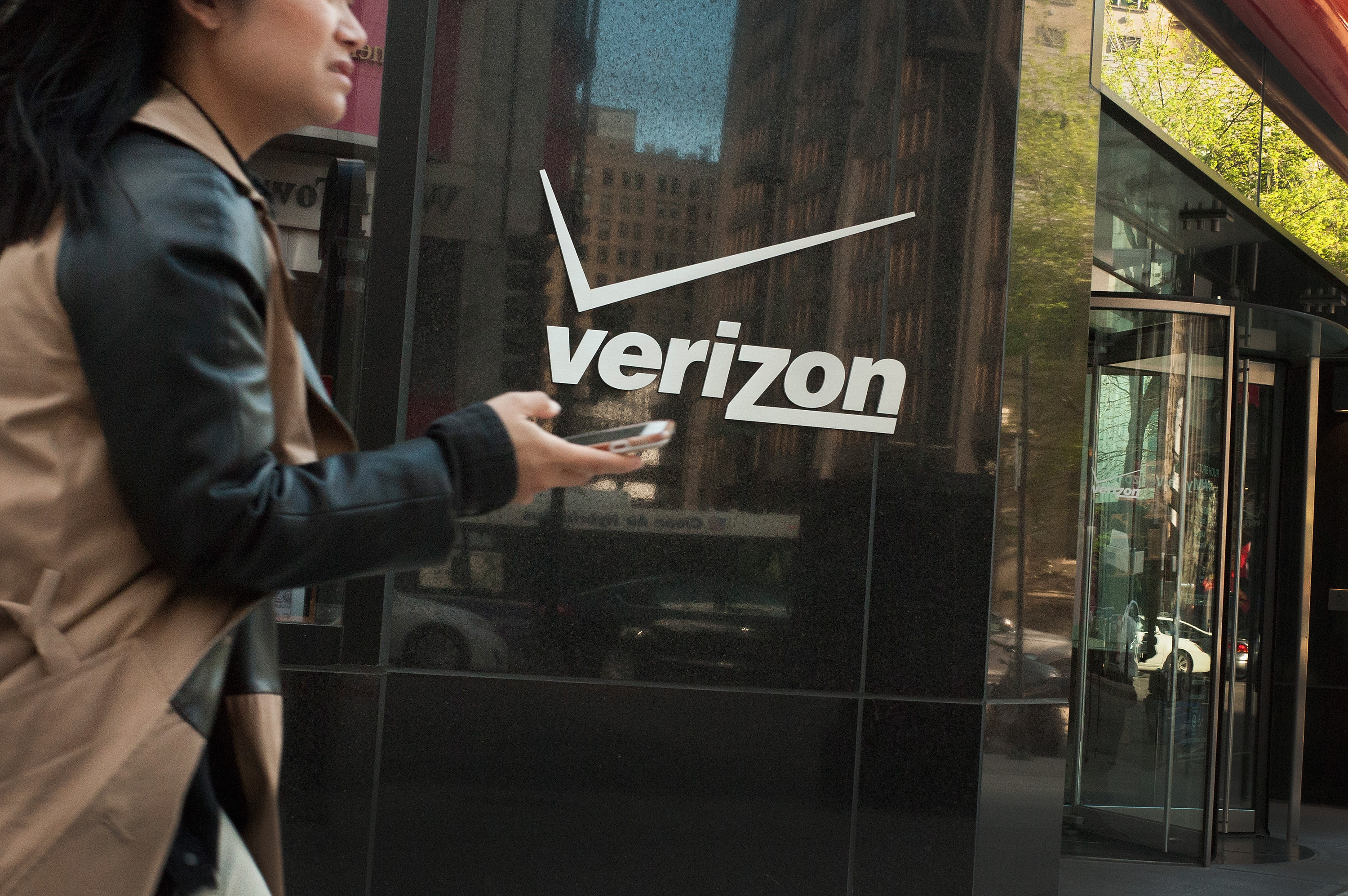 People pass by a Verizon store on April 20, 2017, in Chicago, Ill. (Scott Olson/Getty Images)
