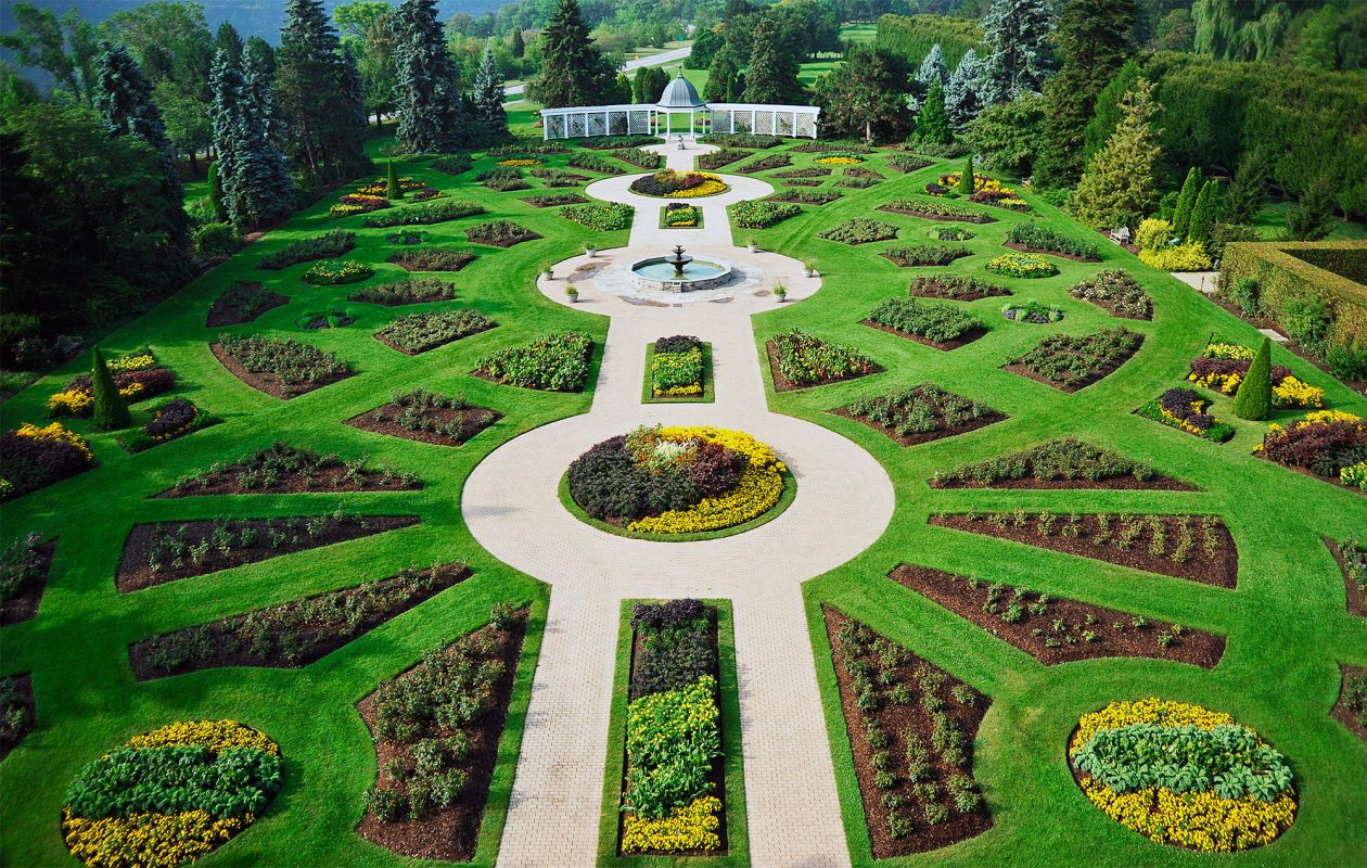 See the beautifully manicured Botanical Gardens on the Niagara Parks Garden Trail. (Niagara Parks)