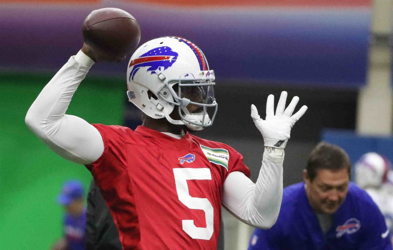 Bills quarterback Tyrod Taylor throws a pass during offseason workouts. (James P. McCoy/Buffalo News)
