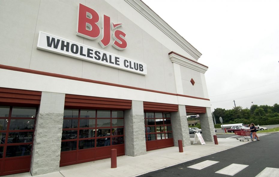 Customers enter a BJ's Wholesale Club in Philadelphia, Pennsylvania, in a 2005 file photo. (Mike Mergen/Bloomberg News.)