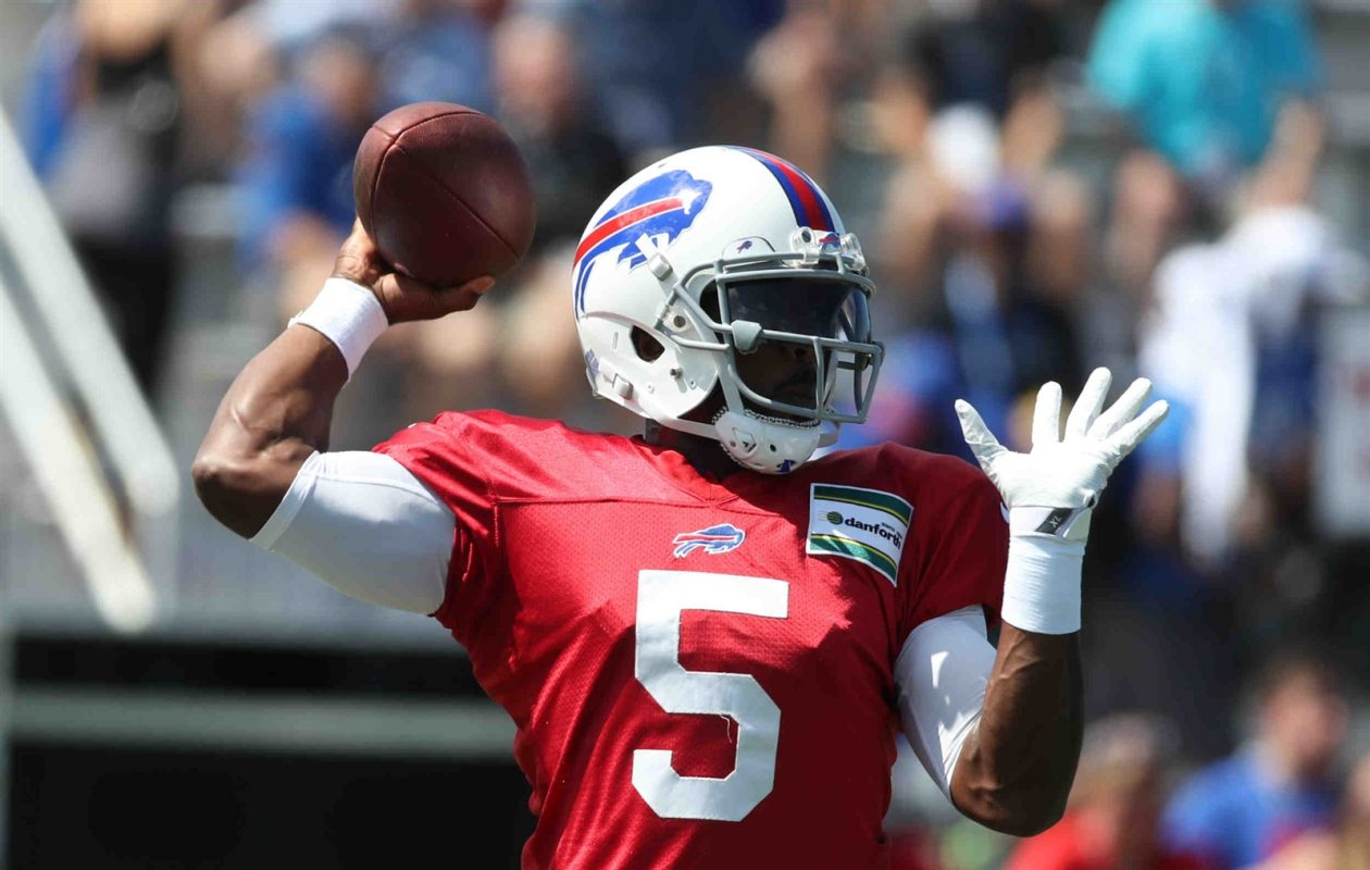 Buffalo Bills quarterback Tyrod Taylor throws a pass during training camp this weekend. (James P. McCoy/Buffalo News)