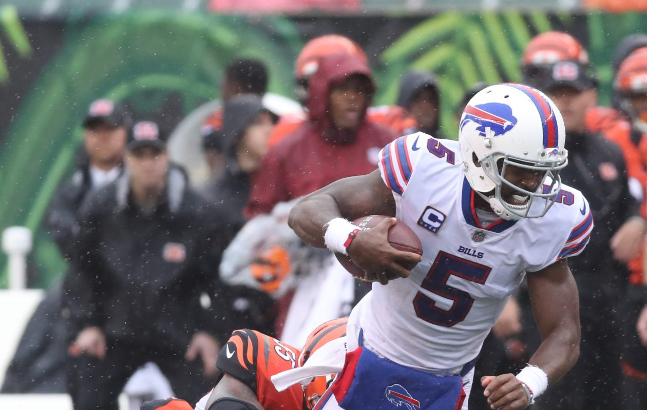 Buffalo Bills quarterback Tyrod Taylor (5) rushes for a first down over Cincinnati Bengals outside linebacker Nick Vigil (59) in the third quarter. (James P. McCoy / Buffalo News)