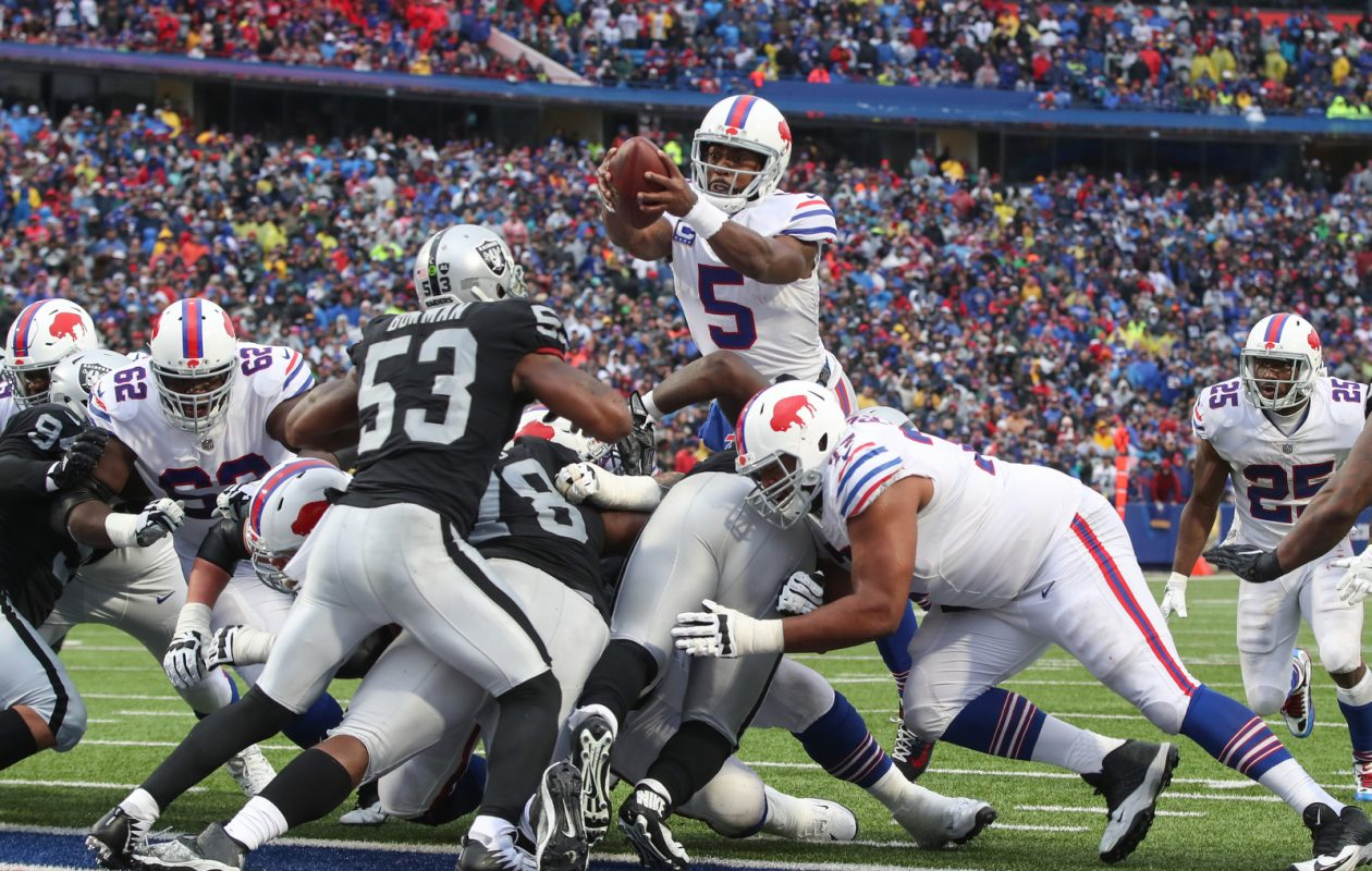 Buffalo Bills quarterback Tyrod Taylor stretches the ball into the end zone for a touchdown against the Raiders. (James P. McCoy/Buffalo News)