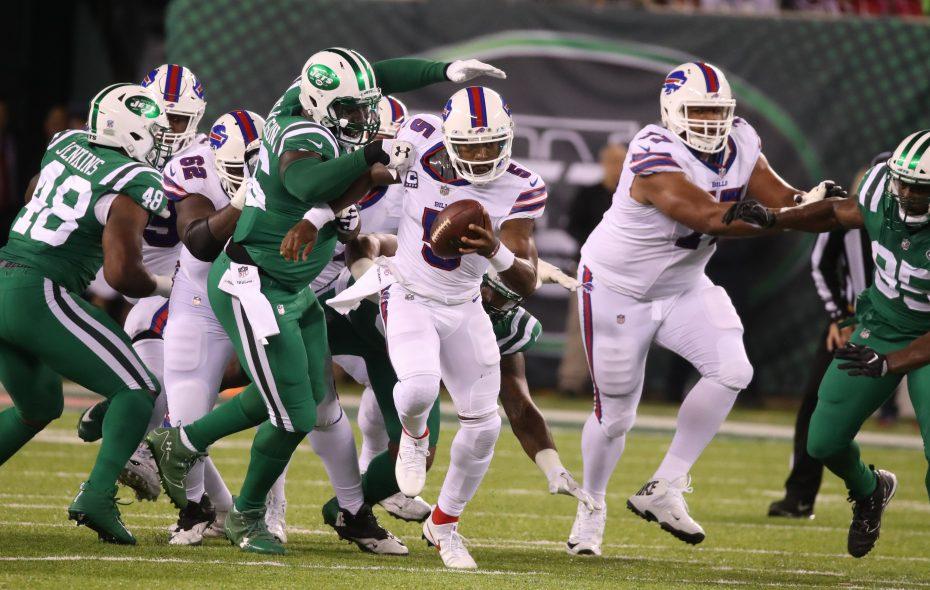 Buffalo Bills quarterback Tyrod Taylor (5) runs in the first quarter. (James P. McCoy / Buffalo News)