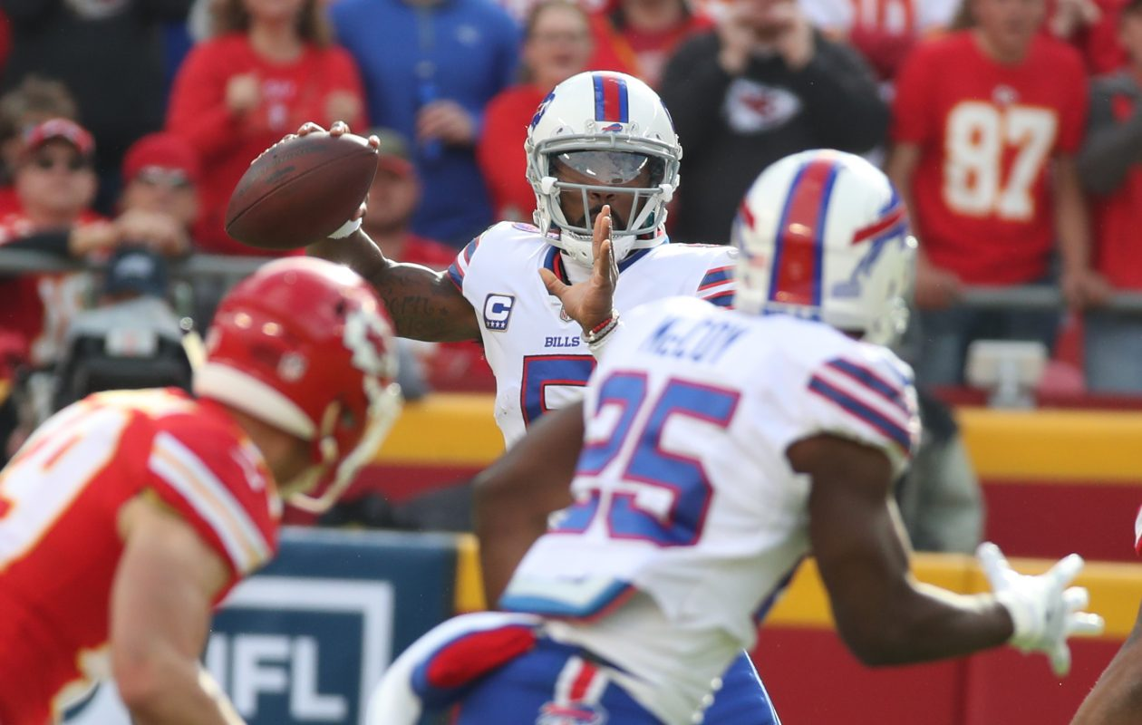 Buffalo Bills quarterback Tyrod Taylor throws a pass for running back LeSean McCoy. (James P. McCoy / Buffalo News)